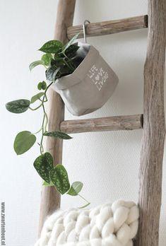 DECORATIEVE LADDER IN JE INTERIEUR Op mijn blog www.zwartwitenhout.nl vind je voornamelijk veel wooninspiratie, styling tips, recepten en kringloopvondsten. Veel leesplezier!
