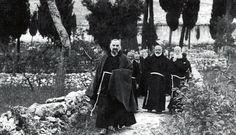 Padre Pio, seguito dal Ministro provinciale padre Paolino da Casacalenda (al centro), che si impegnò in prima persona per la riapertura del Convento di Larino