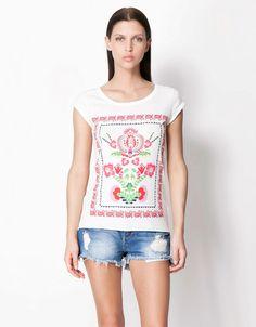 beyaz bluz, kot şort, taşlanmoış mini şort  #bershka #elbise #koleksiyon #desen #desenlielbise #etnikelbise #ilginçelbise # kısaelbise #şort #etek #bluz #yazlık #ayakkabı #tulum #pantolon