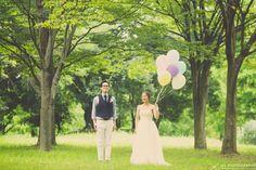 結婚式の前撮りでウェディングアイテムの風船(バルーン)を用いて海と森で撮影したオシャレな前撮りをカメラマンの写真を交えて緊張感のない和やかな1日の前撮りの様子をご紹介!プレ花嫁必見です!
