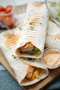 Zinger wraps (krokante hete kip) | Kookmutsjes Best Lunch Recipes, Diner Recipes, Mexican Food Recipes, Easy Cooking, Cooking Recipes, Wrap Recipes, Diy Food, Food Inspiration, Love Food