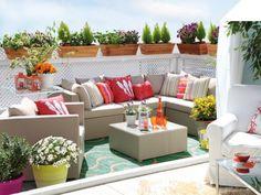Balkon Sichtschutz weißes holzgitter pflanzenkübel ecksofa kissen