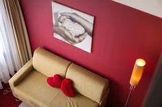 Galerie-Suite 509 mit Badewanne im Wohnzimmer-Couch Hotel Alpen, Sofa, Furniture, Home Decor, Bath Tube, Settee, Decoration Home, Room Decor, Home Furnishings