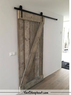 Schuifdeur van steigerhout.