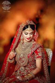 One needs to be sure of how they want to look on their biggest day before choosing your bridal look. Here are the list of top 51 Indian bridal makeup looks. Indian Bride Poses, Indian Wedding Poses, Indian Bridal Photos, Indian Wedding Couple Photography, Indian Bridal Makeup, Bridal Poses, Bridal Photoshoot, Bridal Makeup Images, Make Up Braut