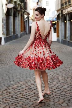 Is it Liv Tyler in the Red Dress with the floral appliqué? Traje Black Tie, Pretty Dresses, Beautiful Dresses, Gorgeous Dress, Beautiful Clothes, Beautiful Flowers, Robes Glamour, A Well Traveled Woman, Vestido Dress