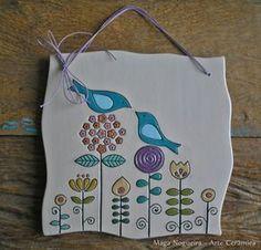 Peça - quadro de cerâmica feita à mão, esmaltada. <br> <br>Desenho Passarinhos e flores <br> <br>Colorido <br> <br>Dimensão total: 19 cm x 19 cm x 0.5 cm altura <br> <br>Peso: 391 gramas <br> <br>Peça da imagem em pronta entrega. <br> <br>Opções: personalizada (nomes ou pequena frase) <br> <br>Envie mensagem ou e-mail para encomendar esta peça, com personalização. Prazo: 30 dias corridos. (ceramica@maganogueira.com.br)