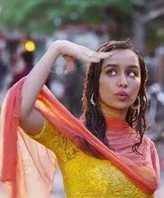 Prettiest Actresses, Beautiful Actresses, Bollywood Celebrities, Bollywood Actress, Alia Bhatt Lehenga, Salwar Suits Simple, Shraddha Kapoor Cute, Alia Bhatt Cute, Sraddha Kapoor