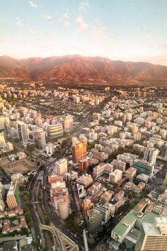 Localizado no prédio mais alto da América Latina, o mirante Sky Costanera é um ótimo programa em Santiago do Chile que oferece uma vista incrível da capital chilena e da Cordilheira dos Andes. coisosonthego.com