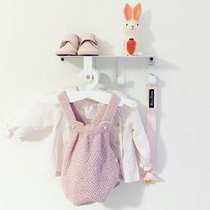 Ideal! Nuestro colgador NURS para la zona del cambiador, para poder tener a mano la ropa, cremas y complementos esenciales.