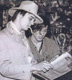 Pete Doherty and Carl Barât Carl Barat, 80s And 90s Fashion, Men's Fashion, Pete Doherty, The Libertines, Still In Love, Long Live, In This Moment, English Poets