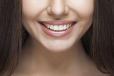 Een glimlach met parelwitte tanden in de mond: het kán zonder ingewikkelde tandartsbezoeken. Het ultieme middel om je tanden op natuurlijke wijze te bleken vind je gewoon in je keukenkastje. Je zou het niet zo snel denken, maar kurkuma is het specerij dat we bedoelen. Zo gepiept Hoe je het aanpakt? Meng in een glas, …