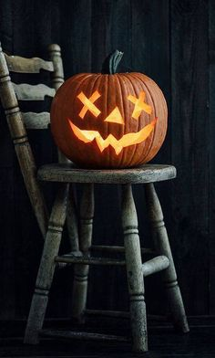 Home Halloween tip: Even if you buy your pumpkin early, it's best to hold off on carving it until a few days before you want to display it. Citouille Halloween, Printable Halloween, Recetas Halloween, Halloween Photos, Holidays Halloween, Rustic Halloween, Halloween Costumes, Halloween Labels, Couple Halloween