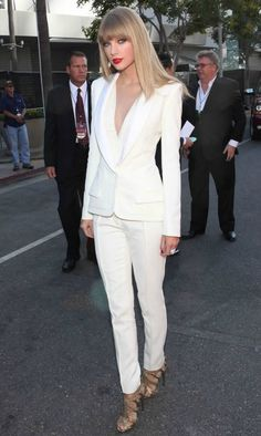 love the all-white outfit: Taylor Swift wearing White Long Sleeve Blouse, White Blazer, White Dress Pants, and Gold Leather Heeled Sandals Fashion Mode, Fashion Outfits, Womens Fashion, 50 Fashion, Fashion 2018, Curvy Fashion, Fashion Styles, Fashion News, Fall Fashion