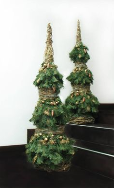 23 Christmas Centerpiece Ideas That Will Raise Everybody's Eyebrows Christmas Urns, Driftwood Christmas Tree, Christmas Planters, Christmas Arrangements, Christmas Tree Themes, Merry Little Christmas, Outdoor Christmas Decorations, Christmas Centerpieces, Green Christmas