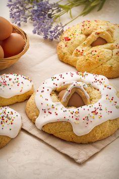 Cuddura cullova: è un antico dolce siculo preparato per Pasqua, una corona arricchita con uova in numero sempre dispari. Scopri di più!  [Easter sweet bread with eggs]