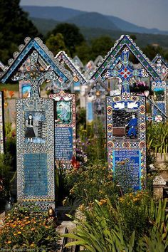 The Merry Cemetery in Săpânţa, Maramureş county, Romania I LUV these headstones! Cemetery Statues, Cemetery Headstones, Old Cemeteries, Cemetery Art, Graveyards, Angel Statues, Cemetery Monuments, Fotografia Post Mortem, The Places Youll Go