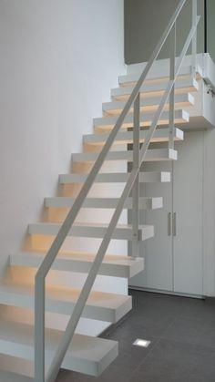 Moderne open trap met stalen leuning. Model Wallclimber van het Belgische merk Genico.