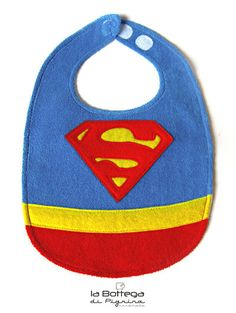 Bavaglino Superman per neonato Baby Sewing Projects, Sewing Patterns For Kids, Sewing For Kids, Baby Patterns, Baby Shower Gifts To Make, Diy Baby Gifts, Baby Nap Mats, Baby Superhero, Burp Rags