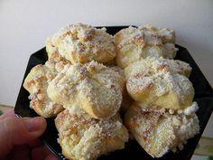 Z vlažného mléka, cukru a droždí si uděláme kvásek. Utřeme Heru s vejci, přidáme ostatní ingredience a zaděláme těsto. Ihned děláme koláče -... Czech Recipes, Russian Recipes, Ethnic Recipes, Sweet Recipes, Snack Recipes, Cooking Recipes, Bacon Roll, Eastern European Recipes, Biscuit Cookies