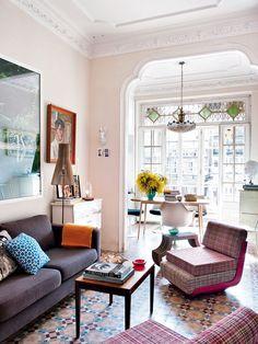 Un salón con dos áreas de estar