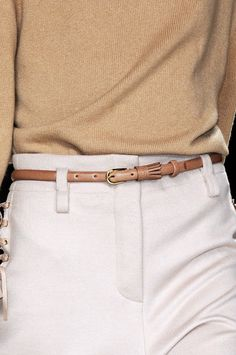 Chloé at Paris Fashion Week Fall 2010 - Details Runway Photos Simply Fashion, Love Fashion, Korean Fashion, Runway Fashion, Vintage Fashion, Fashion Trends, Paris Fashion, Fashion Belts, Beige