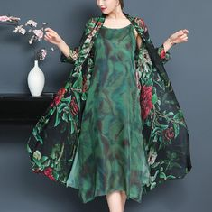 Cardigan trei sferturi dama Print Chiffon, Chiffon Dress, I Dress, Sleeves Designs For Dresses, Mature Fashion, Tunic Pattern, Casual Dress Outfits, Gowns Of Elegance, Floral Tunic