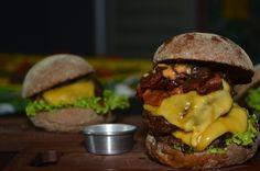 Hambúrguer Big Chef's FOOD. Duas suculentas carnes, cheddar, bacon, tomate seco e barbecue.