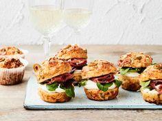 Vastapaistetut kauramuffinit maistuvat sellaisenaan teen kanssa. Juhlava versio syntyy, kun lisäät halkaistujen muffinien väliin tuorejuustoa, salaattia ja...