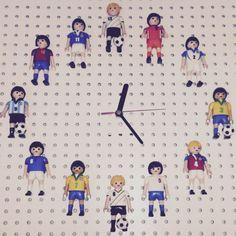Und falls dein Fußball-liebendes Kind noch nicht genug hat, bastel ihm auch gleich diese Uhr mit Fußballspieler-Figuren aus dem Uhrwerk der RUSCH Uhr.