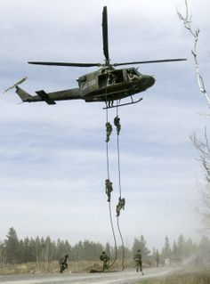 Assaulters from Joint Task Force 2 are seen fast roping from a Griffon helicopter during an exercise in the early x Canadian Soldiers, Canadian Army, Special Ops, Special Forces, Military Gear, Military Aircraft, Hot Army Men, Force Pictures, Royal Canadian Navy