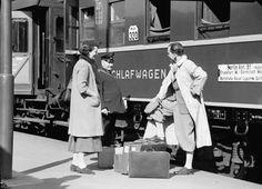 Berlin: Anhalter Bahnhof; Fräulein Böhnstedt und Herr Schlüter vor Schlafwagen; mit Zugführer (1936)