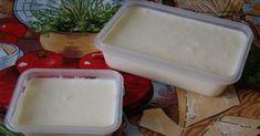 Domáci tavený syr, ktorý si natriete na chlieb, je pripravený na základe čerstvého syra, má neuveriteľnú chuť atopí sa vústach. Ponúkame vám recept na domáci tavený syr, ktorý je veľmi jednoduchý. Aby sa však dal naozaj dobre roztierať, mali by ste dodržať postup do bodky presne. Domáci roztierateľný syr má neuveriteľnú chuť. Či už si