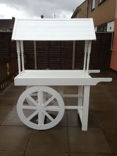 Resultado de imagen de how to make a collapsible candy cart Candy Table, Candy Buffet, Candy Stand, Sweet Carts, Candy Cart, Flower Cart, Market Stalls, Diy Party, Woodworking Plans