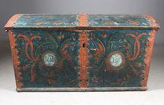 Rosemalt kiste med blå bunnfarge, eierinitialer og dat. 1818. L: 129 cm., noen skader. Prisantydning: ( 2000 - 3000)