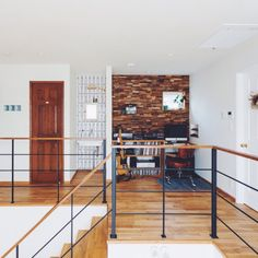 kateさんの、光とり窓,植物のある暮らし,アイアン,楽器,吹抜け,2階踊り場,アイアン手摺,ドア,ガラスブロック,手洗い場,木製壁,珪藻土,ギター,トラックファニチャー,TRUCK,椅子,名古屋モザイクタイル,実験用シンク,レコード,パソコンスペース,階段,部屋全体,のお部屋写真 もっと見る