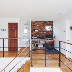 kateさんの、光とり窓,植物のある暮らし,アイアン,楽器,吹抜け,2階踊り場,アイアン手摺,ドア,ガラスブロック,手洗い場,木製壁,珪藻土,ギター,トラックファニチャー,TRUCK,椅子,名古屋モザイクタイル,実験用シンク,レコード,パソコンスペース,階段,部屋全体,のお部屋写真