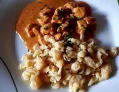 Für Hühnergeschnetzeltes in Paprikasauce Hühnerfleisch abwaschen, abtupfen und in kleine Würfel schneiden. Knoblauch, Zwiebel und Schnittlauch sehr