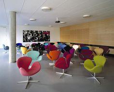 A Fritz Hansen ihlette Cup fotel bőr vagy kasmír kárpittal elegáns bútordarab a legigényesebb ügyfelek számára is. Az egyik legnagyobb előnye hogy sok színben rendelhető. Érdekes formája mindig kellemes hatást keltett. Anyaga rendkívül tartós sokáig érdekes és elegáns kiegészítője iroda vagy lakás belsőknek. #cupfotel #fotel #színesfotelek #színesfotel # modernfotel