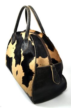 941bbdbc5023 A questa borsa è stato dato il nome di Cappelliera per la sua forma che  richiama