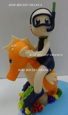 topo de bolo personalizado fundo do mar,menino no cavalo marinho. <br> <br> <br>altura aproximada <br>cavalo marinho <br>10 a 11 cm <br> <br>cavalo + menino <br>13 a 15