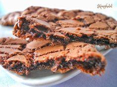 Ropogós-olvadós csokis keksz Köstliche Desserts, Delicious Desserts, Dessert Recipes, Yummy Food, Small Cake, Bakery Recipes, Cata, Healthy Sweets, Winter Food