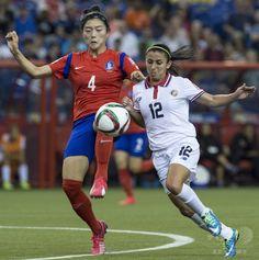 女子サッカーW杯カナダ大会・グループE、韓国対コスタリカ。韓国のシム・ソヨン(左)とボールを競るコスタリカのリクシー・ロドリゲス(2015年6月13日撮影)。(c)AFP/NICHOLAS KAMM ▼14Jun2015AFP|コスタリカ、土壇場ゴールで韓国と引き分ける 女子サッカーW杯 http://www.afpbb.com/articles/-/3051585 #2015_FIFA_Womens_World_Cup #Group_E_South_Korea_vs_Costa_Rica #Lixy_Rodríguez #Shim_Seoyeon #심서연