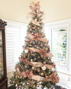 Rose Gold Christmas Tree Decorations Ideas - How To Update Your Holiday Decor With A Rose Gold Christmas Tree Rose Gold Christmas Tree, Beautiful Christmas Trees, Christmas Tree Themes, Elegant Christmas, Noel Christmas, Xmas Decorations, Xmas Tree, Christmas Projects, Rose Gold Christmas Decorations