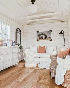 We Shed Farmhouse Decor She Shed Interior Ideas, She Shed Decorating Ideas, Dream House Interior, Summer House Interiors, Sell My House, Tiny House, Small Cottages, Studio Room, Cozy Nook