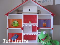 Het Letterhuis; veel leuke ideeen staan op de site van juf Lisette; http://www.juflisette.nl/Les-HV-VLL.htm