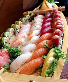 sushi on a boat-shaped wodden tray Ramen Comida, Sushi Comida, Sushi Burger, Sushi Chef, Sashimi Sushi, Asian Recipes, Healthy Recipes, Sushi Party, Sushi Love