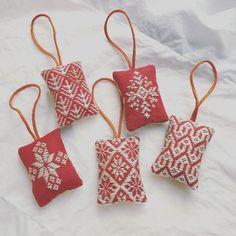 もうすぐクリスマス!家族やお友だちにあげるプレゼントはもう決まりましたか?今回は、プレゼントを特別なものしてくれるラッピングの4つのコツとその作品をご紹介します。心を込めて選んだプレゼントにカードを添えたりちょっとした工…