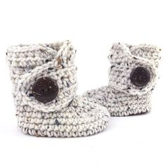 Gender neutral baby clothes are not only a staple for a babys wardrobe, but they make a thoughtful keepsake and perfect gift for gender reveal parties. Our oatmeal tweed and brown soft soled baby boots are easy to put on and they stay on! These cute baby boots make wonderful and unique #genderneutralbabyclothes
