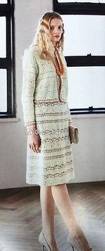 Этот костюм из жакета и юбки связан двумя плотными красивыми узорами. Его очень украшает контрастная отделка полочек рукавов и подола на жакете и горизонтальные полоски на юбке.